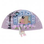 Finestra blu vintage rosa e signora fan