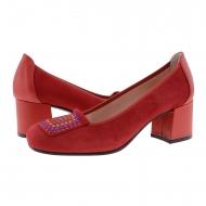 Scarpa in pelle scamosciata rossa con borchie colorate